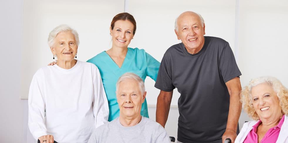 Grupo de ancianos con doctora