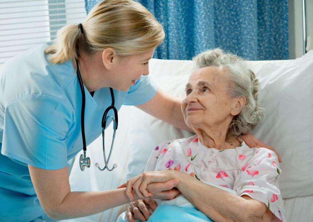 Enfermara cuidando a anciana