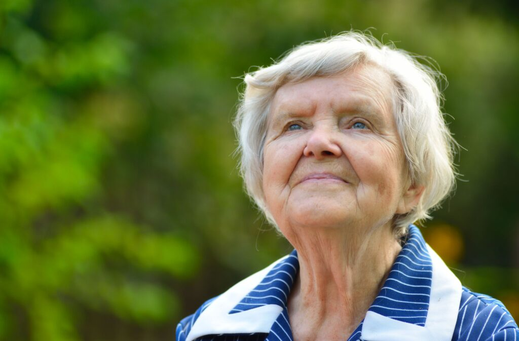 mujer anciana sonriendo