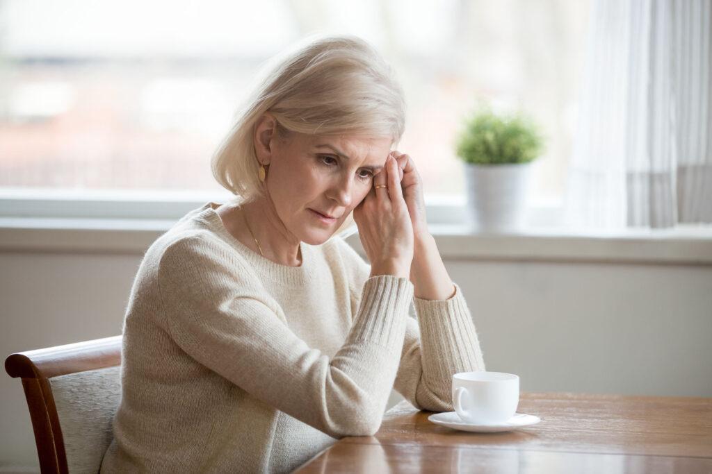 Mujer anciana pensativa