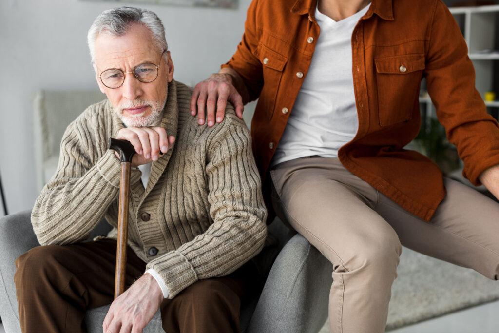 Hombre ancian con hijo