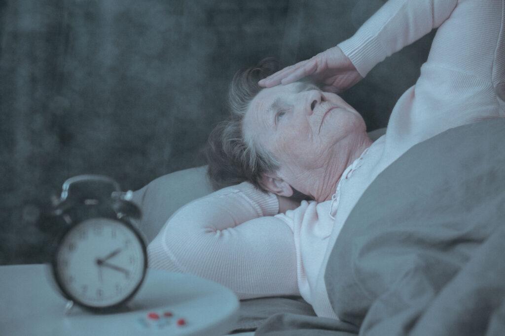 persona de la tercera edad con insomnio