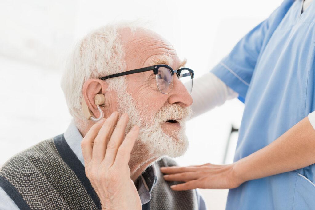 anciano sordo